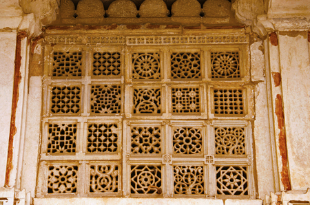 Carved jali on the outer wall of Sarkhej Roza, mosque and tomb complex. Makarba, Ahmedabad, Gujarat, India Imagens - 97230584