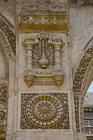 Carving details on the outer wall of Nagina Masjid (Mosque), built with pure white stone. Imagens