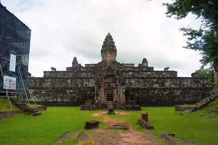 Five stepped pyramid. Bakong temple, Roluos Group, Siem Reap, Cambodia. First of the large mountain temples. Circa Late 9th century Stock Photo