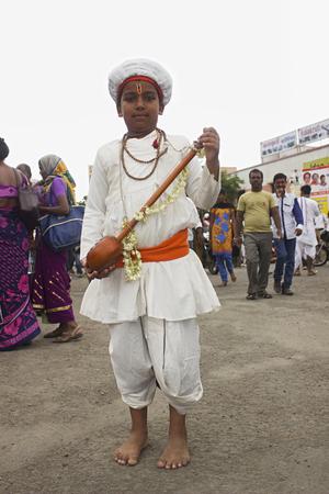 PUNE, MAHARASHTRA, INDIA, giugno 2016, giovane pellegrino o warkari esegue bhjan o canto sacro a Pandarpur yatra Editoriali