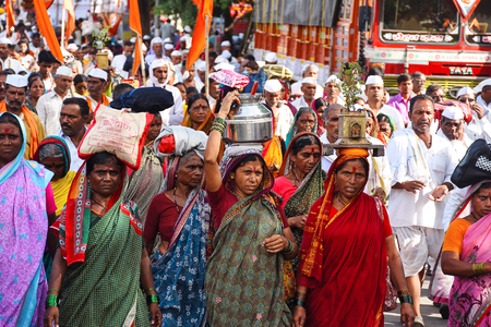 PUNE, MAHARASHTRA, INDIA, Julne 2017, peregrinos o warkari con banderas azafrán durante Pandarpur yatra