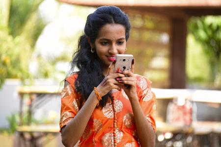 Jeune fille regardant son mobile, Pune Inde Banque d'images