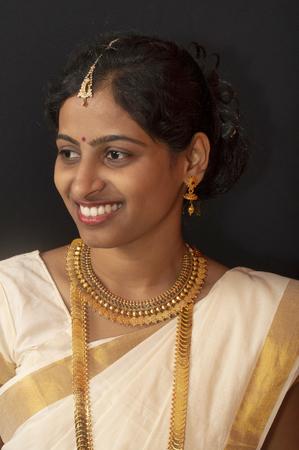 Niña en joyería y sari tradicional de Kerala Foto de archivo
