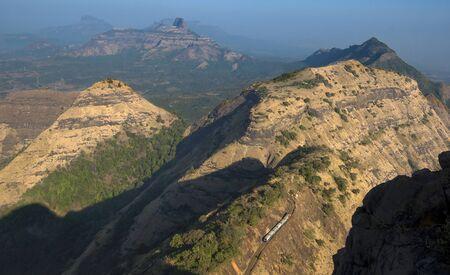 Spielzeugeisenbahn in Matheran, gesehen vom Panoramapunkt, Matheran, Maharashtra, Indien. Standard-Bild