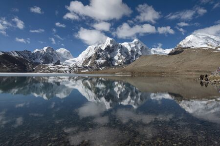 People at Gurudongmar lake, one of the highest lakes in the world at an altitude of 17,800 ft. Imagens