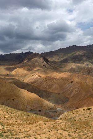 Srinagar highway, Fotu La Pass, Ladakh, India. Fotu La is one of two high mountain passes between Leh and Kargil 免版税图像