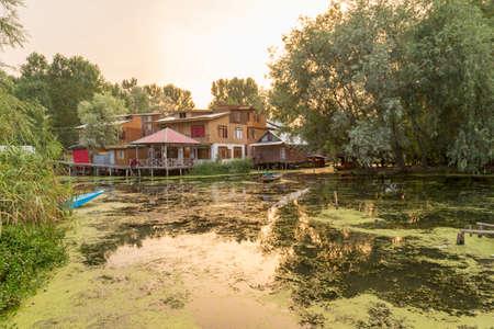 1 Jul 2017,  Srinagar, Kashmir, India : Houses at Dal lake waterfront and local boatmen 免版税图像