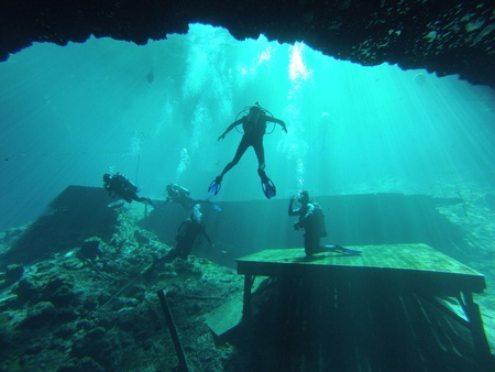 Scuba divers in Blue Grotto Springs Resort FL