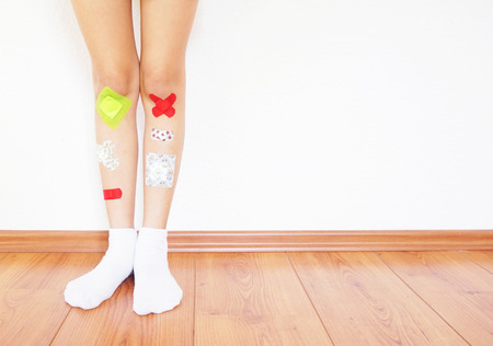 Colorful band-aid on a child's leg Imagens - 58141882