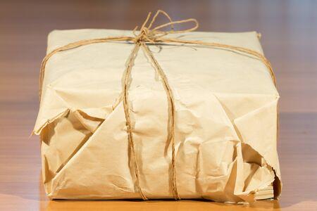 Embalajes de papel sobre una mesa de madera Foto de archivo - 39566367