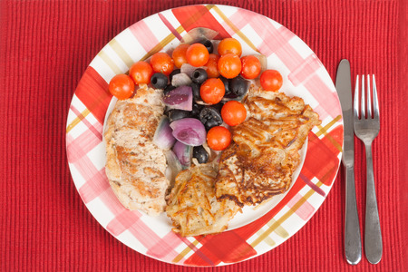 piatto di carne: meat dish, grilled tomatoes and onions on a plate Archivio Fotografico