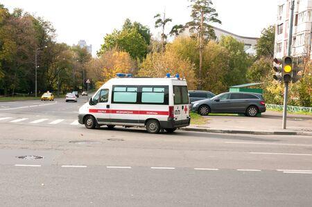 ambulancia: Ambulancia entrando por la calle