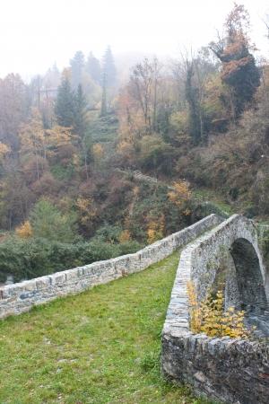 stone arc bridge over river Reklamní fotografie