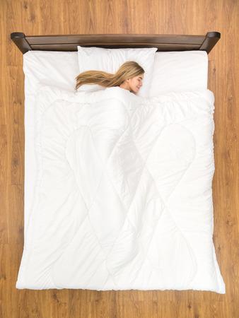 Das Lacheln Frau Schlafend Auf Dem Bett Sicht Von Oben Lizenzfreie