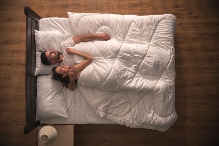 Das Lacheln Paar Lag Auf Dem Bett Sicht Von Oben Lizenzfreie Fotos