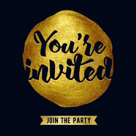 Estás invitado letras ilustración vectorial de diseño con la mancha y la cinta. textura de fondo negro y oro pincel. Bueno para el partido fiesta de cumpleaños boda del diseño. Ilustración de vector