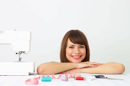 smiley pouce: Fille et une machine à coudre  Banque d'images