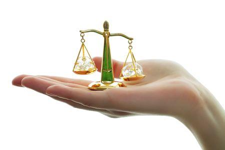 balanza justicia: Escalas decorativos en mano sobre un fondo blanco