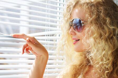 stores: Recherche de fille attractive par la fen�tre