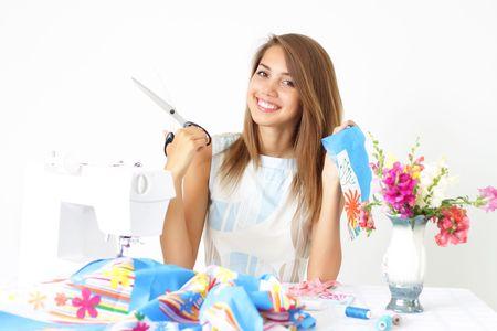 Meisje en een naai machine op een lichte achtergrond