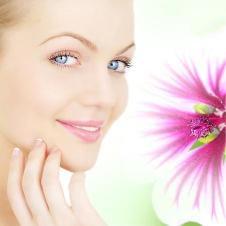 visage de la jeune fille et une fleur Banque d'images
