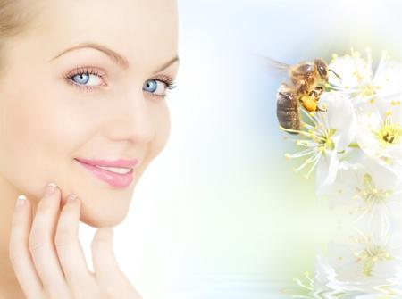 visage et prune fleurs la jeune fille avec une abeille