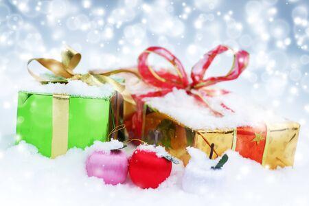 Decoraciones de Navidad. Cajas de regalo y bolas
