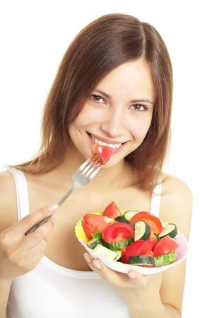 ni�a comiendo: Adolescente comiendo ensalada fresca aislado en blanco