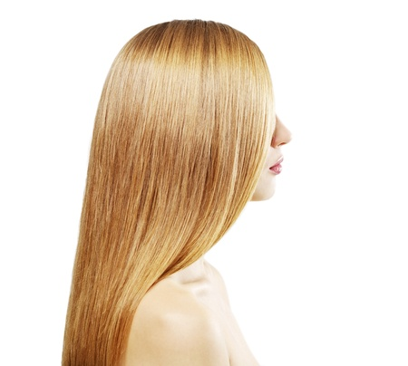 glans: Flicka med vackert rakt hår isolerad på en vit bakgrund