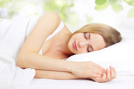 durmiendo: Ni�a durmiendo en la cama, la luz de fondo Foto de archivo