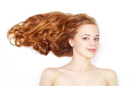 Schöne Mädchen mit langen gewellten Haaren auf hellem Hintergrund Standard-Bild - 13340743