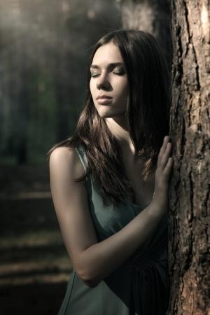 Bella donna in natura sfondo scenari scuri Archivio Fotografico - 14240746