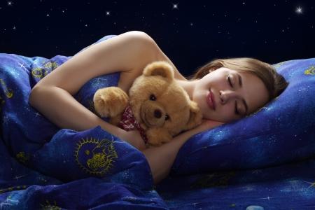 enfant qui dort: Fille de dormir sur un fond sombre Banque d'images