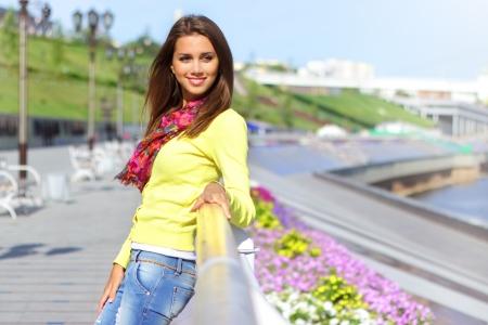 mutlu bir genç kız, dış mekan portre