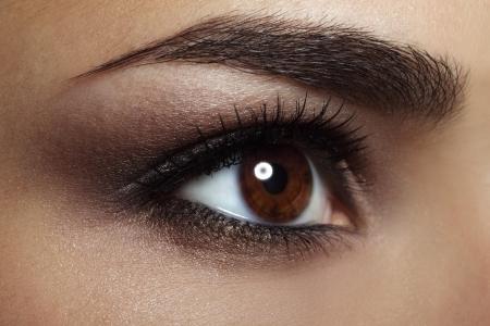 maquillage yeux: Maquillage des yeux la beaut� f�minine en gros plan
