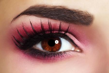 cejas: Maquillaje maquillaje de ojos rojos Hermosa vista de cerca Foto de archivo