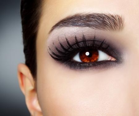 pesta�as postizas: Ojo con la moda maquillaje negro Foto de archivo