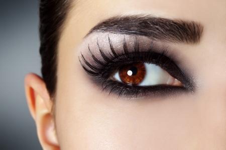 ojos marrones: Ojo con la moda maquillaje negro Foto de archivo