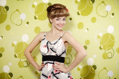 Pin-up girl en fondo verde photo