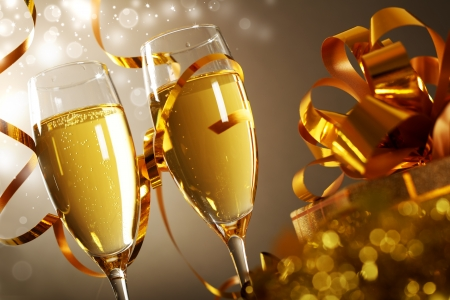 brindisi champagne: Bicchieri di champagne con il contenitore di regalo