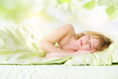 Hafif bir arka plan üzerinde yatak Kız Sleeping Stock Photo