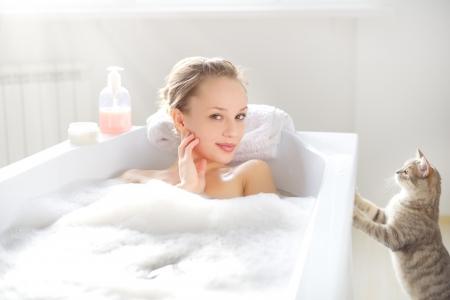 Attraktive Mädchen Entspannung in der Badewanne auf hellem Hintergrund Standard-Bild - 17803575