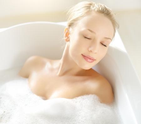 femme baignoire: Attractive girl se d�tendre dans le bain sur fond clair