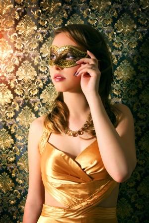 carnaval masker: Mooi meisje in carnaval masker ondark achtergrond Stockfoto