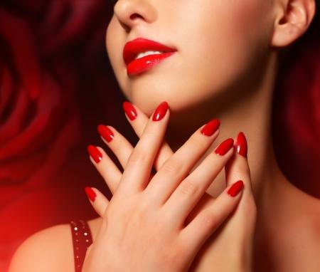 labios rojos: Maquillaje y manicure muchacha hermosa con maquillaje