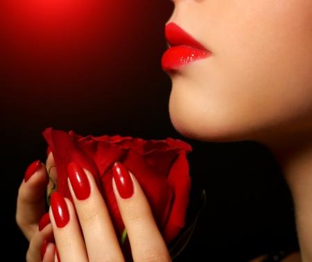 Mädchen mit einer roten Rose in der Hand Standard-Bild - 18092108