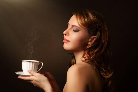 perfil de mujer rostro: Una atractiva chica con una taza de café