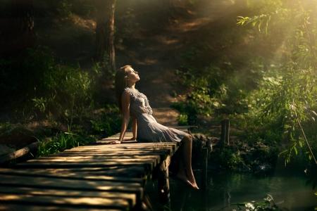 sol: menina bonita na floresta feericamente