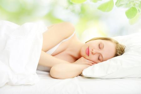 Schlafendes Mädchen auf dem Bett. auf hellem Hintergrund Standard-Bild - 27665959