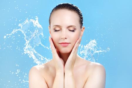 gocce di acqua: Bella ragazza e il flusso d'acqua su blu